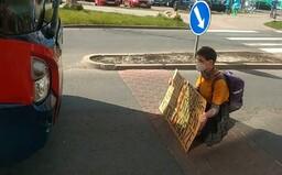 Ekoaktivistka blokovala dopravu v Mladé Boleslavi. Nechtíc protestovala před ekoautobusem
