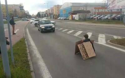 Ekoaktivistko si v Boleslavi přilepilo ruku k silnici. Jde o stejnou osobu, která nedávno zastavila ekoautobus