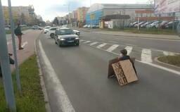 Ekoaktivistko si v Boleslavi přilepilo ruku k silnici