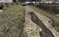 Ekologická havária na juhu Slovenska. Do potoka aj na okolitú pôdu sa vylial bioodpad