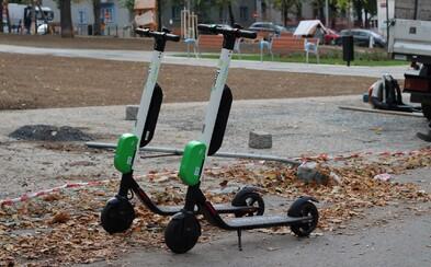 Elektrokoloběžky Lime dočasně zmizí z Prahy 2, služba prý ohrožuje chodce. Jaké další problémy Pražanům způsobují?