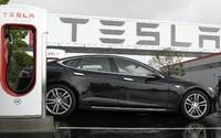 Elektromobil Tesla zišiel z cesty a narazil do stromu, pri nehode zomreli dvaja ľudia. Za volantom nikto nesedel
