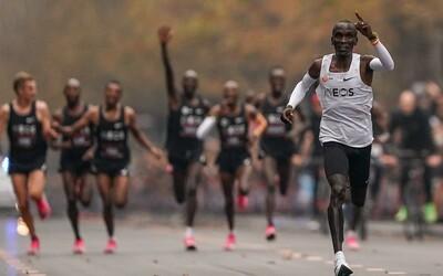 Eliud Kipchoge se stal prvním atletem, který uběhl maratón za méně než dvě hodiny. Stihl to o dvacet sekund dříve