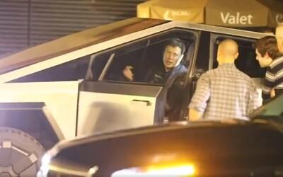 Elon Musk jezdil v Cybertrucku po nočním Los Angeles a svalil dopravní značku