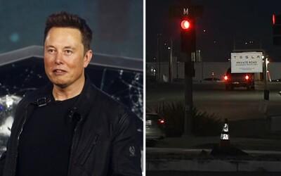 Elon Musk otevřel továrnu Tesly i přes zákaz. Zatkněte jen mě, prohlásil