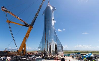 Elon Musk predstavil kozmickú loď Starship. Bez problémov vraj dostane ľudí a náklad na Mesiac či Mars