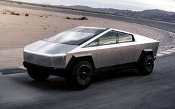 Elon Musk představil Tesla Cybertruck s designem obrněného vozidla. Má tři motory a jezdí na elektřinu