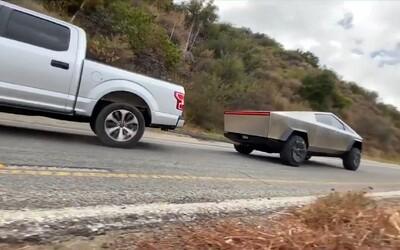 Elon Musk se opět snaží lidi ohromit, zveřejnil video, jak Cybertruck bez problémů táhne Ford F150 do kopce