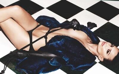 Emily Ratajkowski pomaly upúšťa od úplnej nahoty. Najnovšie americká kráska zdobí obálku britského GQ