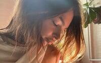 Emily Ratajkowski publikovala dojemnou fotku během kojení. Své dítě nazývá chlapcem, přestože chtěla, aby si pohlaví vybralo samo
