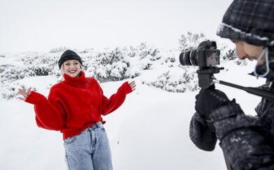 Emma Drobná natáčala svoj prvý vianočný videoklip. Okrem idylických scén sa dala aj spontánne potetovať