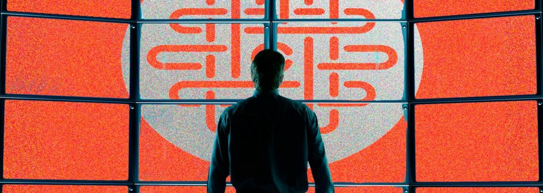 Emma Watson sa zapletie s Tomom Hanksom počas práce v pochybnej internetovej spoločnosti