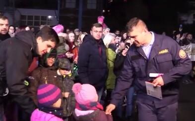 Emotívne video zaznamenáva stretnutie obyvateľov zničeného paneláku v Prešove s hasičmi, ktorí ich zachraňovali