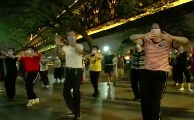 Epicentrum pandemie Wu-chan ožívá. Lidé už mohou tančit v ulicích
