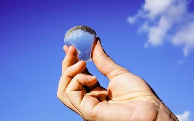 Éra plastových lahví je už na konci. Díky jedlému obalu z mořských řas budeme pít vodu bez vytváření odpadu