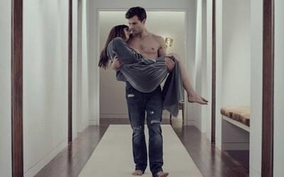 Erotické Fifty Shades 2 a 3 sa budú natáčať naraz. Zvýši sa kvalita filmov vďaka novému režisérovi?