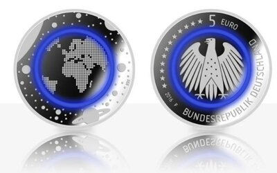 Európania sa môžu tešiť na špeciálnu 5-eurovú mincu. Lákadlom bude aj plastový krúžok symbolizujúci Zem