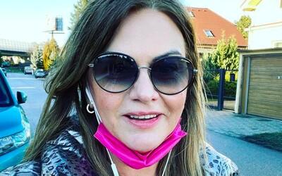 Europoslankyňa Beňová označila fotografa za blba a bonzáka. Odfotil ju totiž s rúškom na brade.