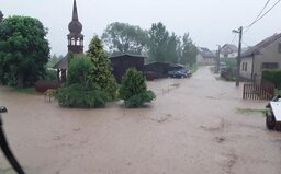 Evakuace, odplavená auta a přes 100 technických pomocí. Hasiči a záchranáři bojují s následky bouře