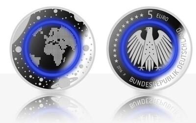Evropané se mohou těšit na speciální 5eurovou minci. Lákadlem bude i plastový kroužek symbolizující Zemi