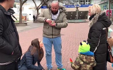 Expl0ited s kamarátmi minuli 2000 eur, aby pomohli Slovákom počas Vianoc. Platili im nákupy, podporili útulok aj domov dôchodcov