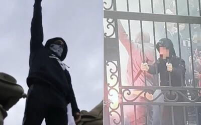 """Extrémista hajloval na múroch Úradu vlády. """"Racist, Fascist, Hooligans,"""" kričal dav"""