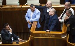 Extrémisti z ĽSNS obsadili rečnícky pult kvôli Matovičovi: Nenapínajte svaly, nie sme vo fitku, odkázal im Gábor Grendel