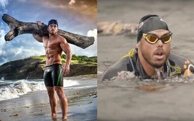 Extrémny športovec svojimi výkonmi ohuruje svet. Cez more preplával so 45-kilogramovým stromom