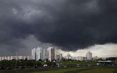 Extrémy v počasí na Slovensku pokračujú, najprv rekordné teplá, potom ničivé búrky a krúpy. Toto nás čaká v sobotu.