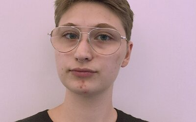 Ezra Švagr: Som demisexuál, nebinárny, ale v poslednej dobe sa trochu prikláňam aj k identite trans muža (Rozhovor)