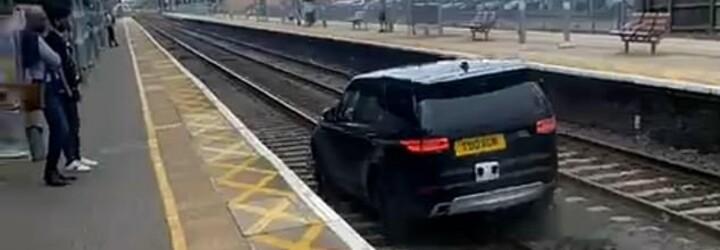 VIDEO: Šialená krádež auta: zlodej zrazil dvoch policajtov a potom unikal po vlakových koľajach
