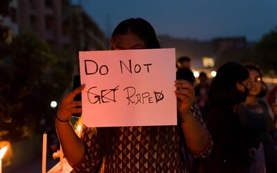 Skupina mužů v Indii opakovaně znásilňovala 15letou dívku, mučili ji 8 měsíců.