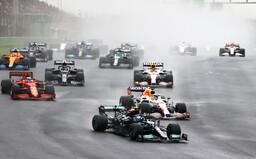 F1: Klzká VC Turecka. Dominantné víťazstvo Bottasa, katastrofické rozhodnutie pre Hamiltona a Pérez konečne pomohol Verstappenovi