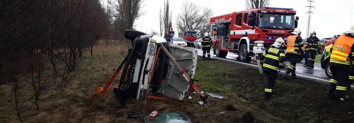 Nehoda Úvaly: Sanitka se srazila s autem, pět zraněných. U Příbrami vůz vyletěl ze silnice a k nehodě došlo i u Rakovníka