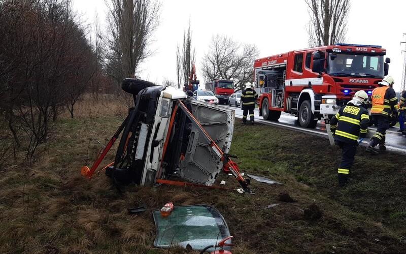 Nehoda Úvaly: Sanitka se srazila s autem, pět zraněných. U Příbrami vůz vyletěl ze silnice a k nehodě došlo i u Rakovníka.