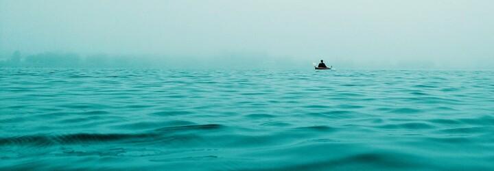 Devatenáctiletý rybář přežil 49 dní na oceánu v dřevěné loďce. Živil se tím, co ulovil, a vodu si filtroval přes tričko