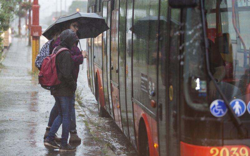 Meteorologové varují před velmi silnými bouřkami. V těchto krajích platí vysoký stupeň nebezpečí.