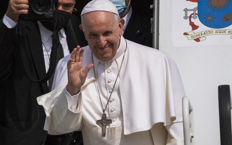 Pápež František má rád čierny humor a iróniu, na Slovensku žartoval na vlastnú adresu: Ešte žijem, aj keď by si mnohí priali opak.