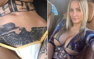 Nemecká influencerka si z rozkroku nechala odstrániť tetovanie nacistického orla. Netušila vraj, čo predstavuje.