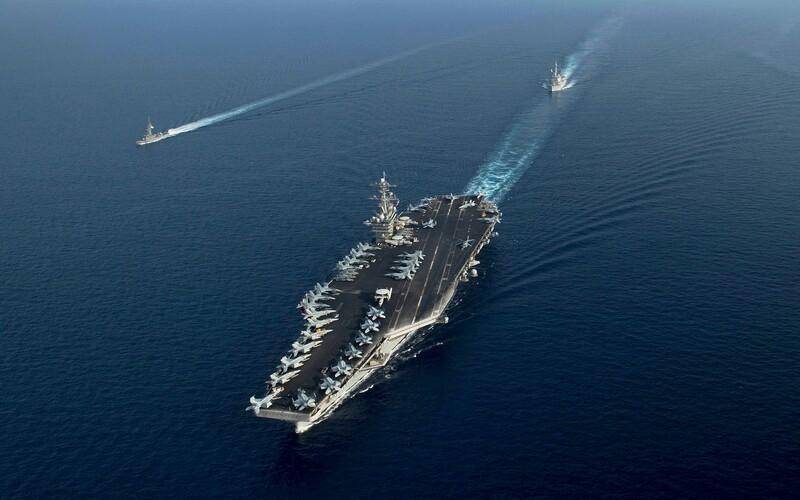 USA mají problém. Koronavirus je na lodi se 4 000 námořníky, kotví tisíce kilometrů od amerického pobřeží.