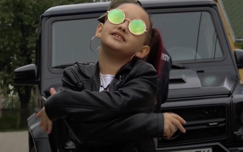 Toto je osmiletá slovenská raperka Lil ASH. Má Hello Kitty tričko, Gucci kabelku a místo matematiky počítá bankovky.
