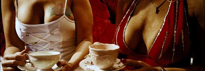 Nahliadli sme do erotických klubov na východe. Ich biznis ohrozujú online prostitútky na chatoch a zoznamkách