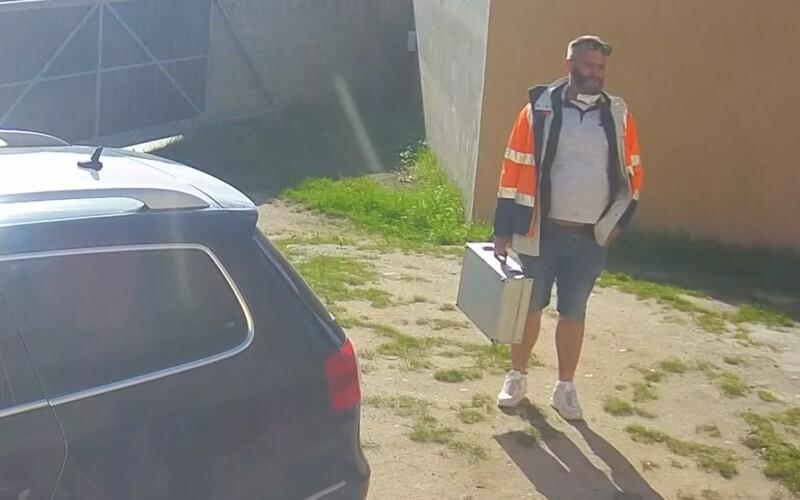Muž vykradl v Praze dvě sanitky během nouzového stavu, sebral záchranářskou bundu a stříbrný kufřík.