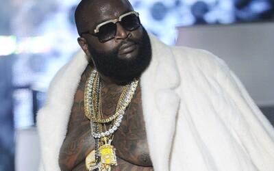 Raper Rick Ross si sám seče trávník na svém obřím pozemku, díky tomu ročně ušetří 1 milion dolarů.