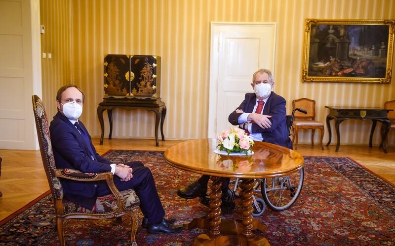 Miloš Zeman by měl zůstat v nemocnici další čtyři dny.