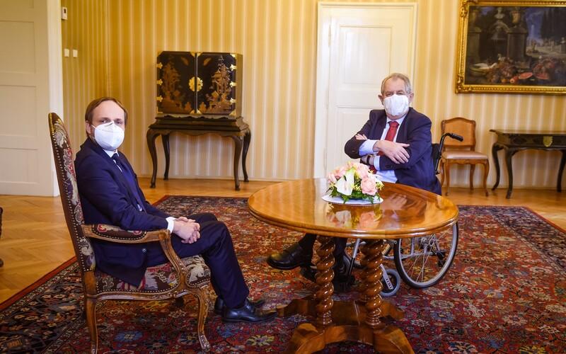Zeman se nechal poprvé vyfotit na vozíku. Přijal na něm i nového slovenského premiéra.