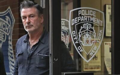 Alec Baldwin počas natáčania nechtiac postrelil kameramanku aj režiséra. Žena zraneniam podľahla.