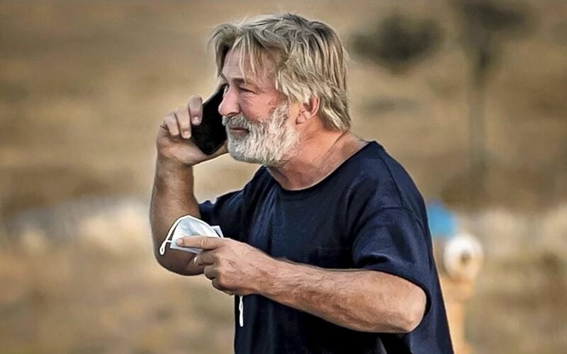 Sú známe prvé závery vyšetrovania smrteľnej streľby na natáčaní filmu s Alecom Baldwinom. Na pľaci nevedeli, že sú náboje ostré.