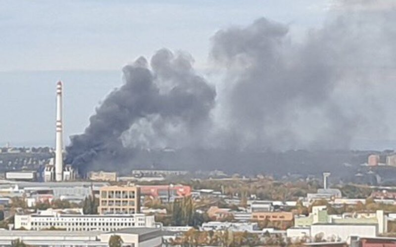 Aktualizace: Hasiči uhasili požár pražské spalovny. Na zásahu se podílelo 98 hasičů.