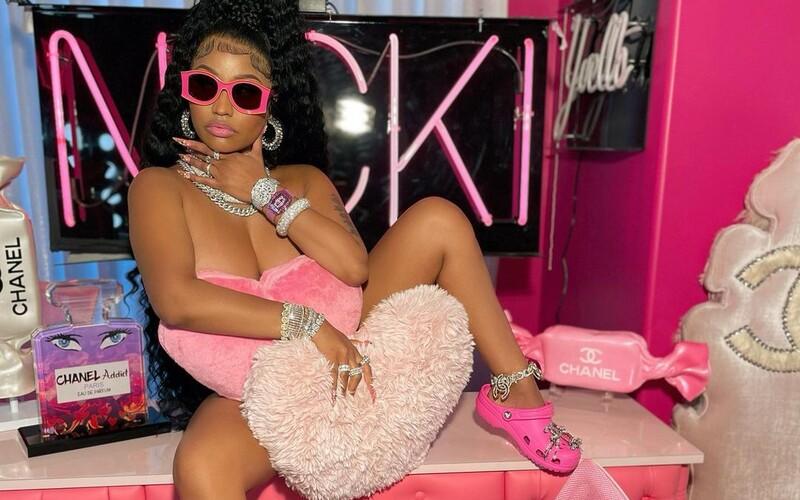 Nicki Minaj svým postem na Instagramu pobláznila fanoušky. Díky jejímu postu skoupili všechny růžové crocsy.